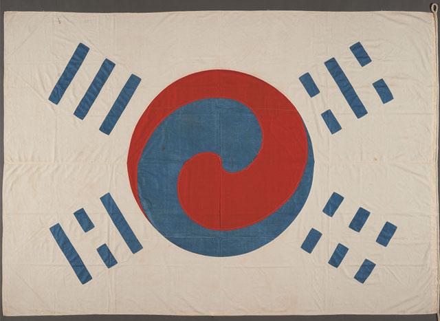 데니 태극기는 고종황제가 그의 미국인 외교고문 데니(O. N. Denny)에게 하사한 것으로 알려졌다. 데니는 1886-1890년 고종의 외교고문으로 활동하다 귀국 때 이 태극기를 가져갔고, 그의 후손인 윌리엄 랜스턴이 1981년 이를 한국에 기증했다. 서울 국립중앙박물관에서 공개하는 '데니 태극기'. 최초의 태극기는 1882년 수신사 박영효가 만들었다고 알려졌지만 실물은 전해지지 않는다. (국립중앙박물관 제공)